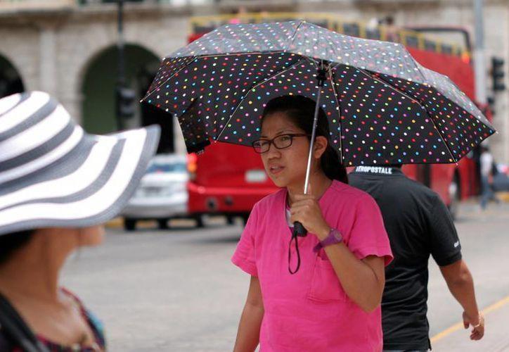 Es recomendable que los paseantes lleven consigo un paraguas tanto para enfrentar los rayos del sol como la lluvia. (SIPSE)