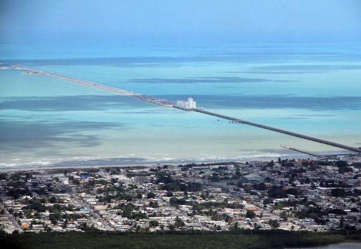 La plataforma logística de Progreso constará entre 260 y 300 millones de pesos. La imagen es una vista aérea del puerto y está utilizada únicamente como contexto. (Milenio Novedades)