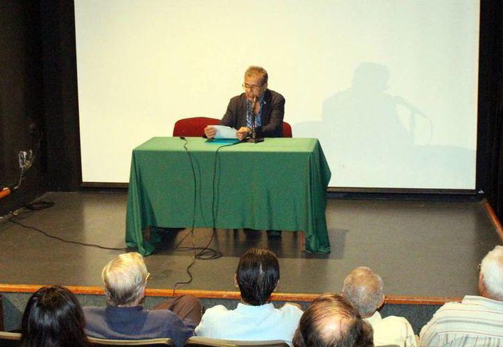 El escritor Senel Paz durante la charla de ayer en el Teatro 'Armando Manzanero'. (Milenio Novedades)