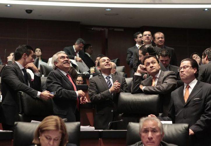 Tras varias horas de discusión y en una votación dividida, el Senado aprobó en lo general la miscelánea fiscal para 2014. (Notimex)