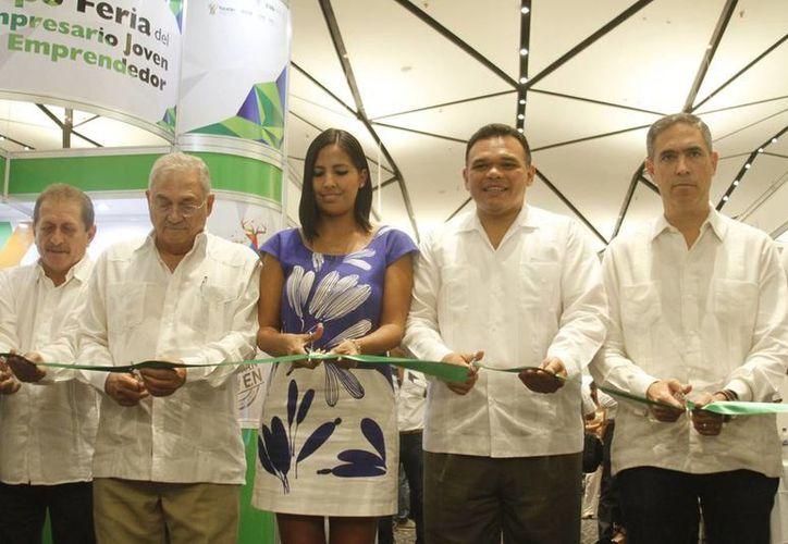 Imagen del momento en que autoridades encabezadas por el gobernador Rolando Zapata Bello cortan el listón de inauguración de la Segunda Expo Feria del Empresario Joven y Emprendedor. (César González/SIPSE)
