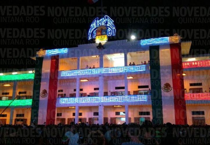 Quintanarroenses se dieron cita en las diversas explanadas para realizar el tradicional grito de Independencia. (Foto: Contexto/Internet).