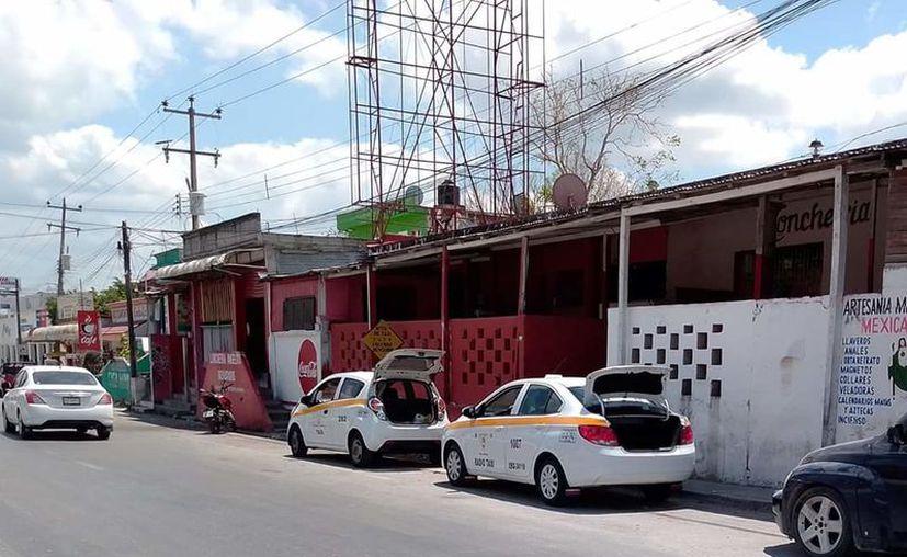 Los taxistas siguen cuidando las medidas higiénicas en las unidades. (Daniel Tejada/SIPSE)