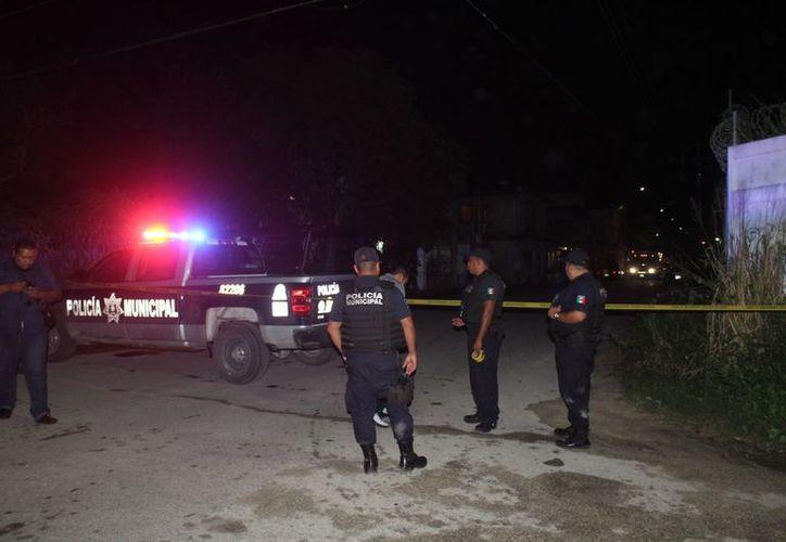 Policías arribaron al lugar de lo hechos, donde se reportó a un lesionado en el abdomen. (Foto: Redacción/SIPSE)