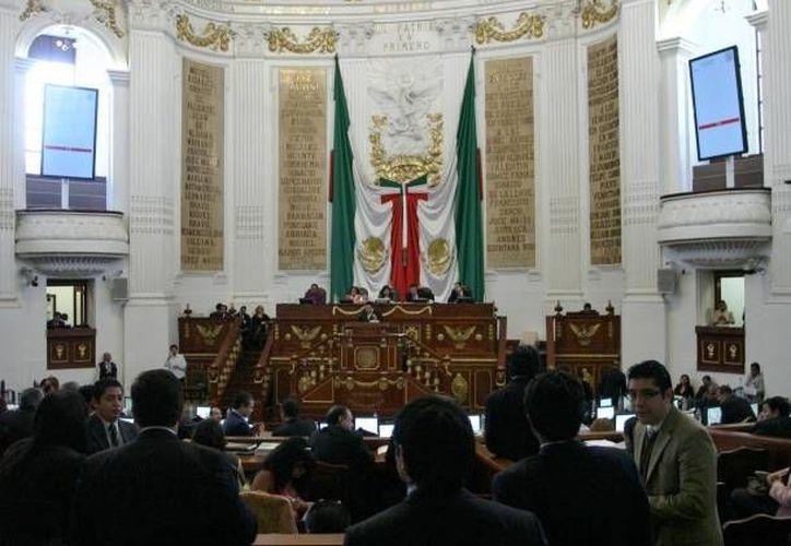 Mientras los panistas de la Asamblea Legislativa impugnaban el dictamen, los priistas pedían más tiempo. (Notimex)