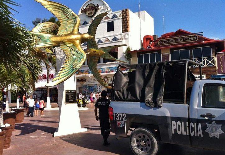El conductor de la patrulla cuando se movían en reversa se atoro con el monumento. (Cortesía/ SIPSE)