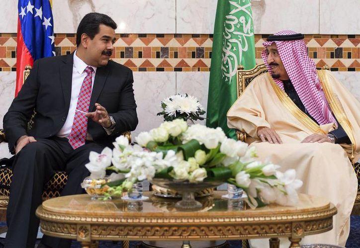 Nicolás Maduro junto al príncipe Salman de Arabia Saudí. (AP)