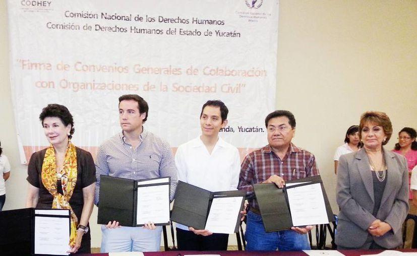 """En la firma de los convenios Enrique Agustín  Kú González afirmó que """"hacer valer los Derechos Humanos es una responsabilidad social y un compromiso de todas las personas""""."""