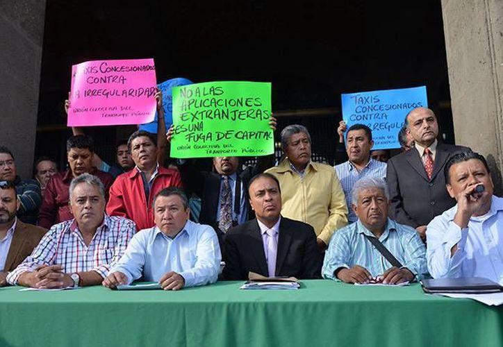 Taxistas Organizados de la Ciudad de México no descartaron realizar movilizaciones en caso de no obtener respuestas positivas por parte del Gobierno del Distrito Federal. (Excélsior)