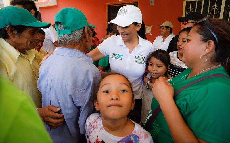 Laura Fernández, candidata a la presidencia municipal de Puerto Morelos realizó una caminata en el primer cuadro de la comunidad de Leona Vicario. (SIPSE)
