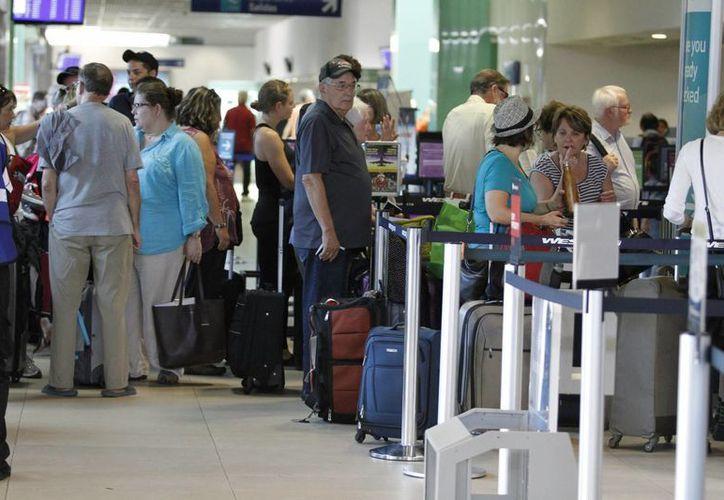 El Aeropuerto Internacional de Mérida atrajo a 1.7 millones de pasajeros el año pasado, lo que representa un nuevo récord y un alza del 16 por ciento respecto al 2014. (César González/SIPSE)