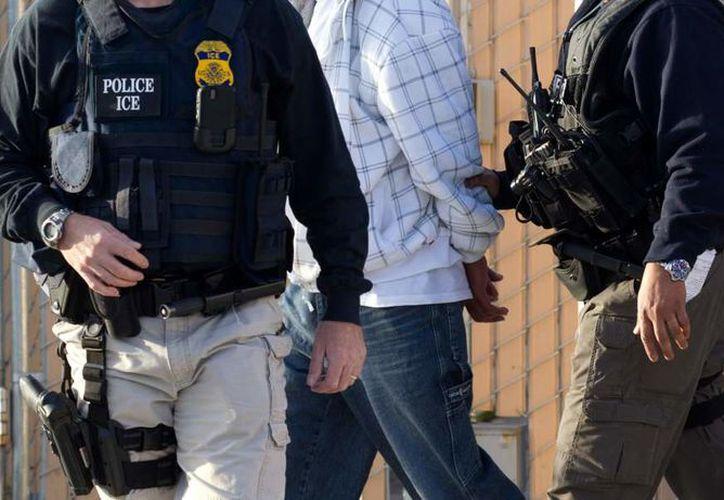 Agentes del Servicio de Control de Inmigración y Aduanas de los Estados Unidos arrestaron a casi una centena de indocumentados. (Foto: Televisa)