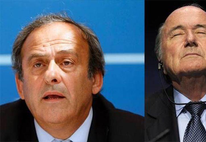 Michel Platini y Joseph Blatter podrían ser suspendidos por varios años del futbol si el Comité de Ética de la FIFA decide que un pago de dos millones de dólares fue otorgado de manera deshonesta. (Archivo AP)