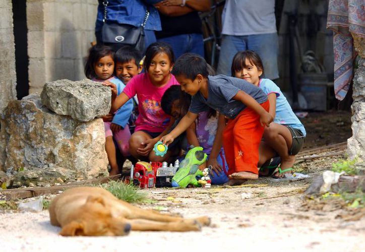 Niños de Oxcum esperan con ansiedad esta Navidad con la ilusión de tener un juguete para estrenar. (Milenio Novedades)
