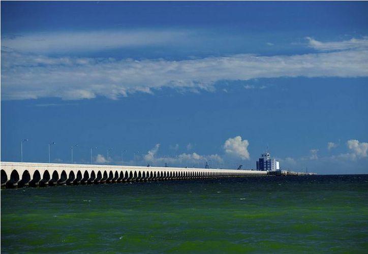Buzos trabajan para rescatar la chalana donde se hacían los estudios para el nuevo viaducto. (puertosyucatan.com)