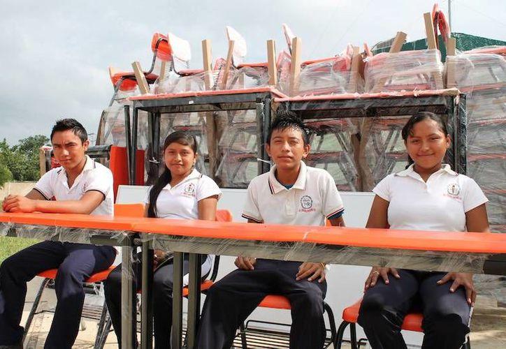 Jóvenes de tres municipios estrenarán mobiliario en sus escuelas. (SIPSE)