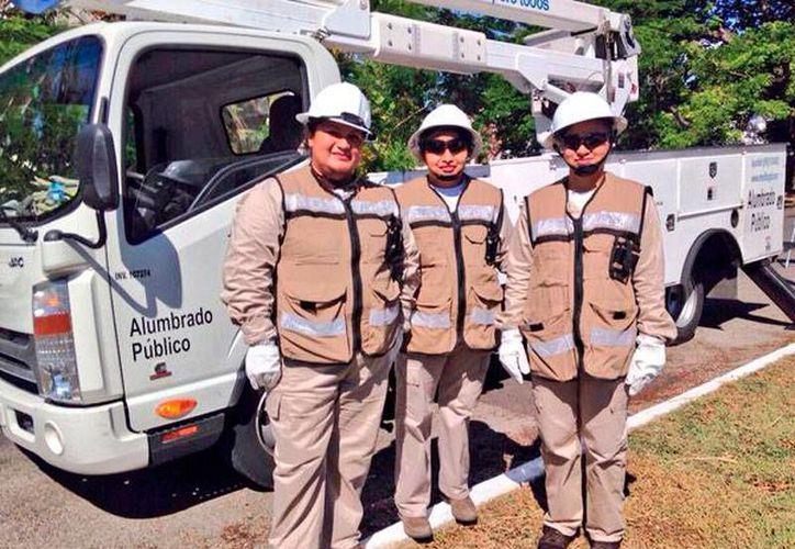Por primera vez en la historia del área de alumbrado público del Ayuntamiento de Mérida, tres mujeres integraron una cuadrilla, y hoy se estrenaron en trabajo de campo. (Twitter/@RenanBarrera)