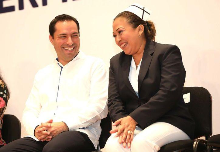Entre servidores de salud el gobernador Mauricio Vila destacó la puesta en marcha del programa Médico a domicilio, y los 150 vehículos de traslado médico que ya se entregaron a los 105 municipios del interior del estado.