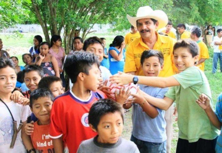 Emilio Ariza Román recorrió la comunidad de Margarita Maza de Juárez. (Carlos Horta/SIPSE)