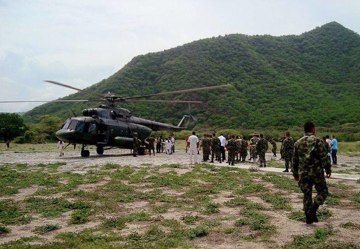 Miembros del Ejército de Colombia ayudan el 6 de octubre de 2014, en el traslado de un grupo de indígenas que recibieron el impacto de un rayo en la Sierra Nevada de Santa Marta, al norte de Colombia. (EFE)
