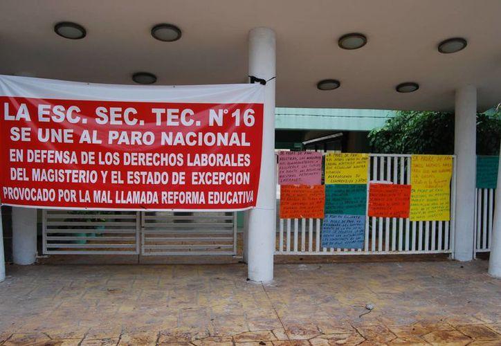 Se han colocado en las escuelas avisos para alumnos y padres de familia. (Tomás Álvarez/SIPSE)