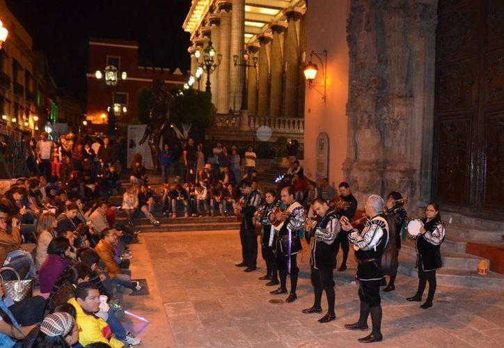 Siguiendo a grupos musicales con trajes tradicionales del siglo XVII y formados casi siempre por estudiantes, pasearás por la ciudad. (Contexto/Internet)
