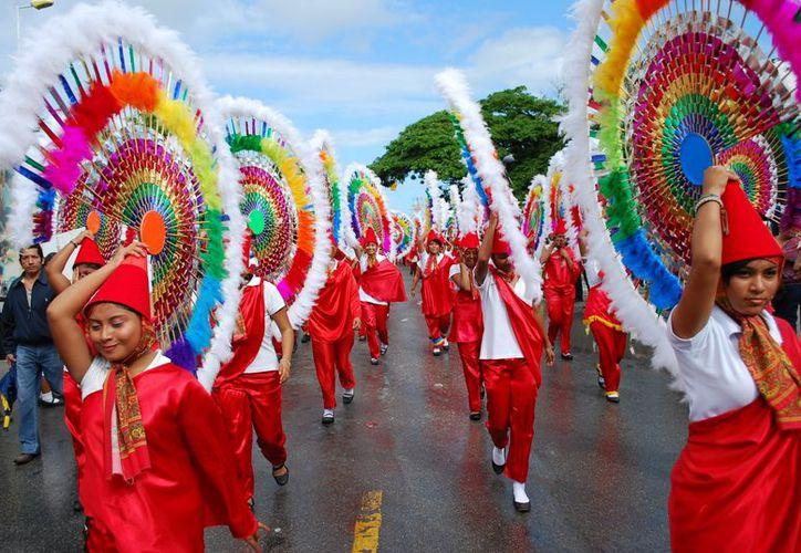 Algunos grupos de niños desfilaron con trajes regionales de diversas zonas del país. (Tomás Alvarez/SIPSE)