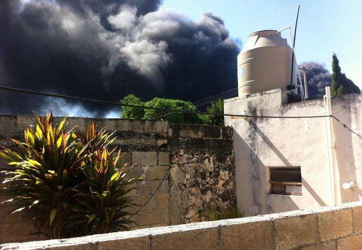 La densa humareda del incendio que se registra en la colonia San Francisco de Umán. (Facebook/Héctor Moreno)