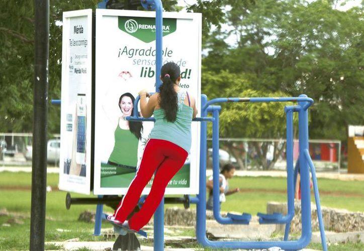 Por sentirse bellas, algunas personas arriesgan hasta su salud. Imagen de una joven mientras realiza ejercicios al aire libre. (Milenio Novedades)