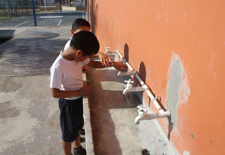 El gobierno federal no ha liberado el presupuesto para instalar bebedores en 200 escuelas de Quintana Roo. (Daniel Tejada/SIPSE)