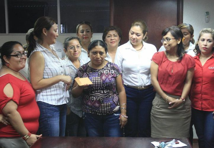 La madre de Dana, Rosa Caamal Chan, agradeció la ayuda. (Harold Alcocer/SIPSE)