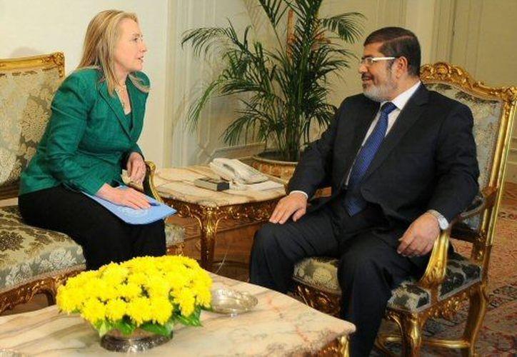 El presidente de Egipto, Mohammed Morsi, y Hillary Clinton, mediadores entre Israel y Hamas. (Agencias)