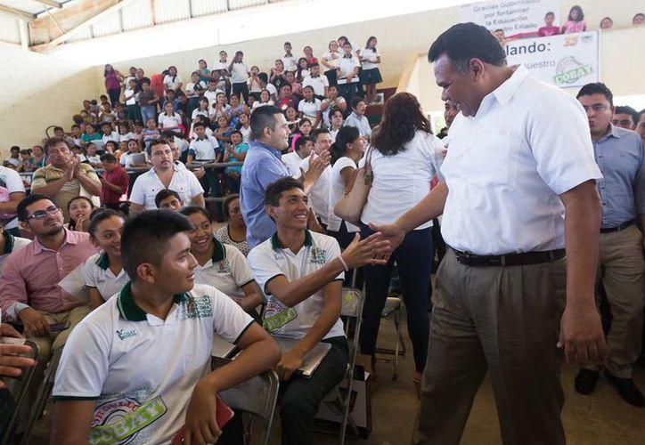 El gobernador, Rolando Zapata Bello,   entregó casi mil computadoras portátiles a estudiantes de 8 municipios de Yucatán. (Cortesía)