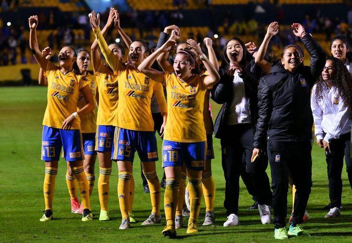 Las anfitrionas se llevaron con la victoria para colocarse en la final. (Internet)