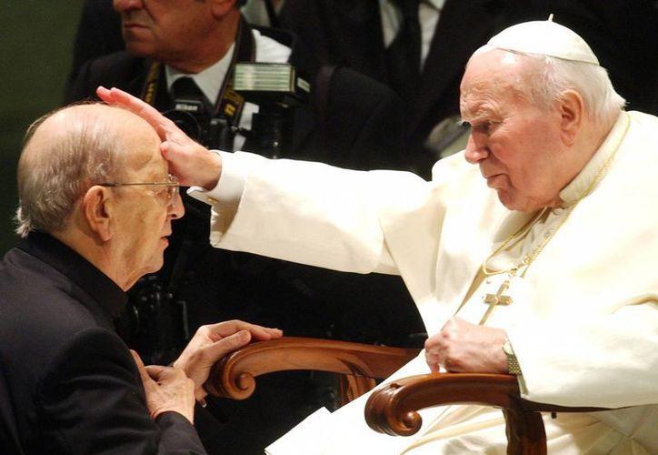 Imagen de archivo del 30 de noviembre de 2004, que muestra a Marcial Maciel, fundador de los Legionarios de Cristo, recibiendo la bendición del Papa Juan Pablo II, durante una audiencia en El Vaticano. (AP/Plinio Lepri)