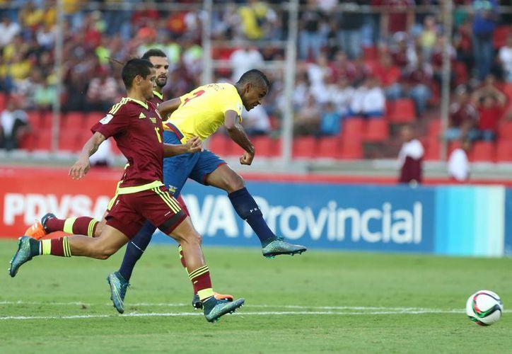 El ecuatoriano Fidel Martínez vive uno de los mejores momentos de su carrera. Su selección no hace más que ganar en la eliminatoria mundialista y juega en México para Pumas de la UNAM, que son líderes de la Liga. En la foto, Fidel anota contra Venezuela. (AP)