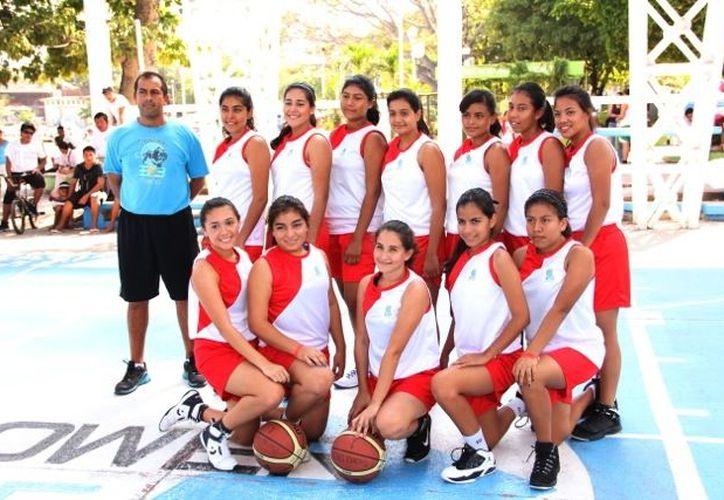 En básquetbol femenil, el oro fue para el plantel Cancún Uno, equipo dirigido por el maestro José  Gerardo Martínez Ravell. Sus pupilas derrotaron en la final al estado anfitrión. Otro metal dorado fue en fútbol. (Jorge Carrillo/SIPSE)