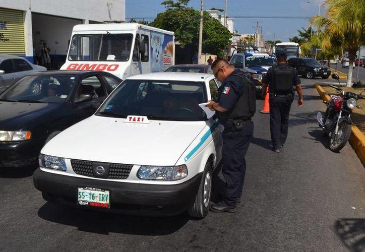 """Un taxista provocó caso vial y la alerta de los testigos, luego de quedarse dormido  mientras hacia un """"alto"""" en una transitada avenida.  (Redacción/SIPSE)"""