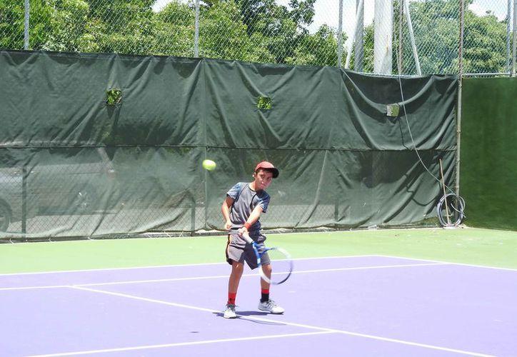 Los menores deportistas aplicaron su experiencia y velocidad para dejar sin oportunidad a sus oponentes. (Raúl Caballero/SIPSE)
