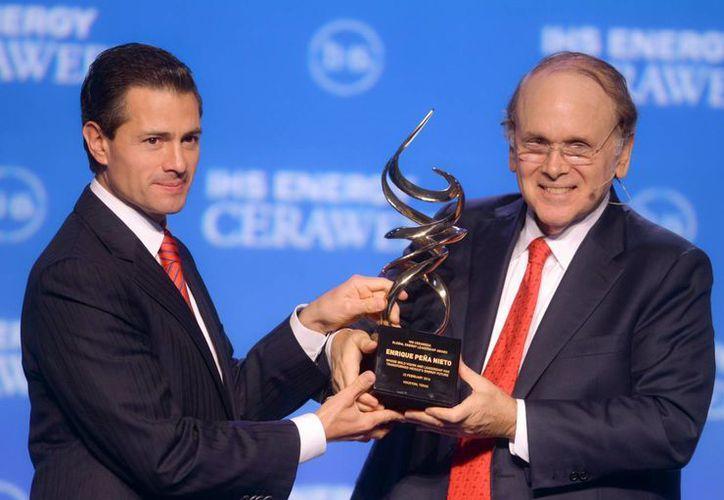 """Peña Nieto recibió el reconocimiento """"IHS Global Lifetime"""" poco antes de anunciar la apertura de las importaciones de gasolina en nuestro país. (Presidencia)"""