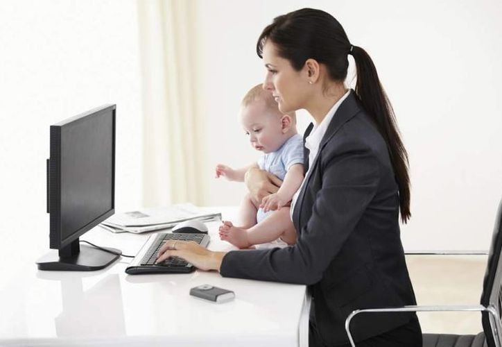 La mujer actual ayuda en la economía familiar o deciden a ser madres a mayor edad. (Agencias/Archivo)
