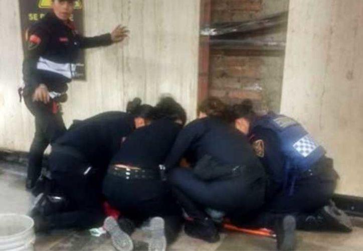 Una mujer de 22 años dio a luz en el metro de la CDMX. (@PoliciaCDMX).