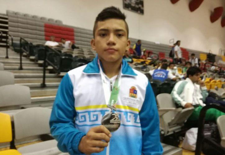 Jonathan Manzanero, de la categoría 59 kilos, posa con su medalla de plata. (Raúl Caballero/SIPSE)