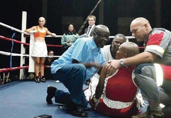 Phindile Mwelase es atendida en el cuadrilátero tras ser noqueada en una pelea el 10 de octubre. Hoy dejó de existir. (foto tomada de losandes.com.ar)
