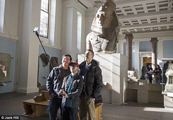 """Los molestos """"selfie sticks"""" se incorporan así a la categoría de los trípodes usados por los fotógrafos, y quedan prohibidos en los museos. (mediatelecom.com.mx)"""