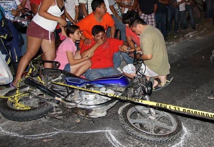 Tanto un motociclista (foto) como un peatón salieron volando al chocar en el fraccionamiento Juan Pablo II, pero el segundo falleció. (Martín González/SIPSE)