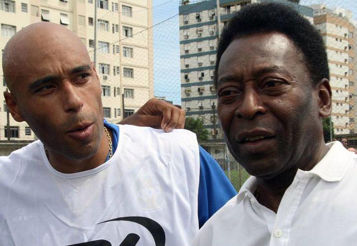 Pelé con Edinho, su hijo, quien ya fue condenado a 33 años de prisión por lavado de dinero, pero cuyo caso aún no se cierra. (latimes.com/Foto de archivo)