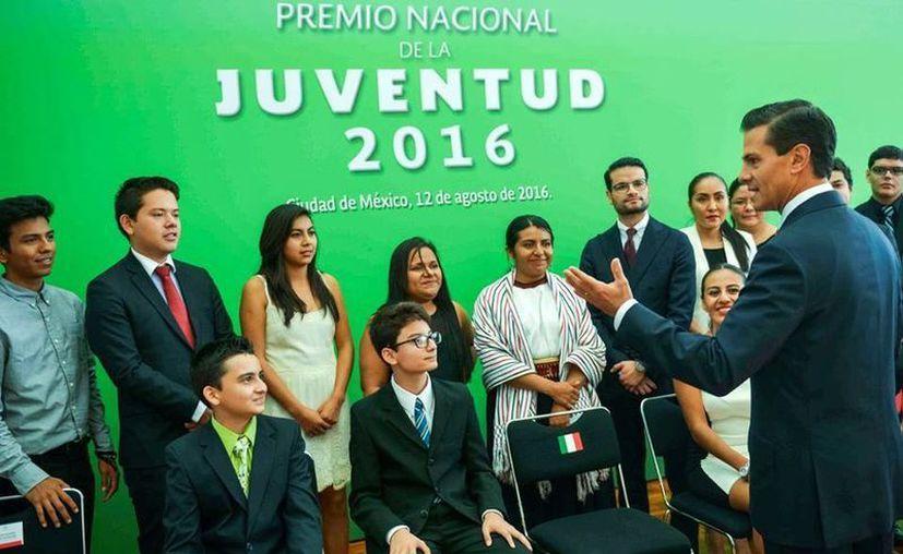Peña Nieto encabezó la ceremonia de entrega del Premio Nacional de la Juventud 2016 en la residencia oficial de Los Pinos. (Presidencia)