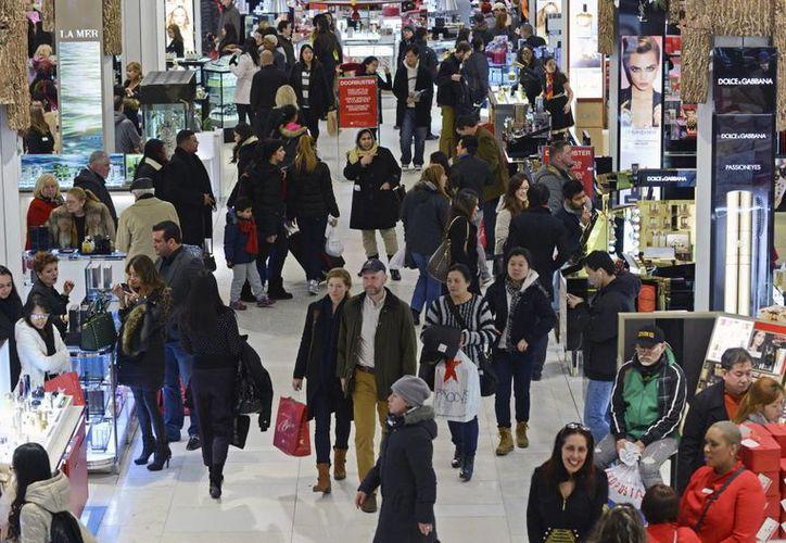 Una multitud de clientes visitan los grandes almacenes Macy's la noche de Acción de Gracias en Nueva York. (EFE)