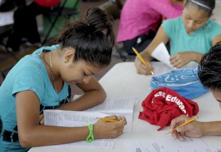 El INEA brinda de manera gratuita servicios de alfabetización primaria y secundaria con paquetes de módulos diseñados para que personas jóvenes y adultas estudien. (Archivo/SIPSE)